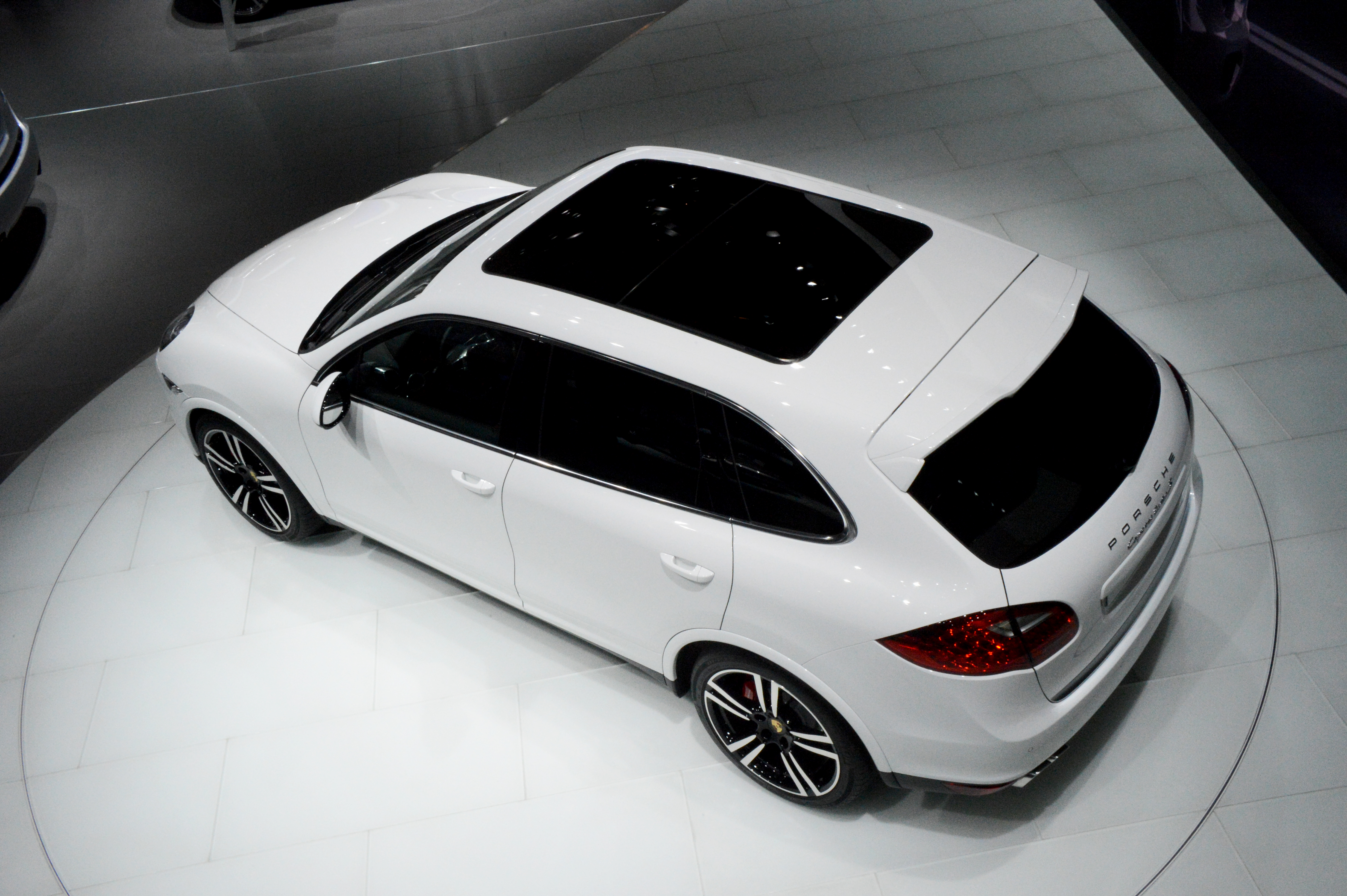 2013-porsche-cayenne-turbo-s-at-naias-2013-by-michelin-media